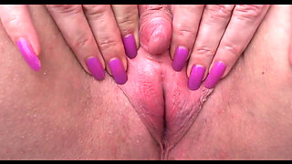 Mature slut plays with her big clit