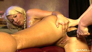Spoiled chick Jodi Taylor enjoys eating fresh looking cunt