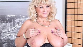 Euro BBW milf Renatte pleasures her plump pussy