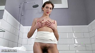 Hottie Lillian finger fucks her wet hairy pussy in the bathtub