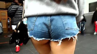 Sexy girl exposes the contours of her heavenly ass in public