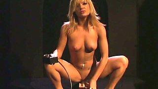 Gigi Ferari enjoys impulses sex machine sends in her pussy