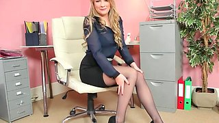 secretary lets you see her tights D10