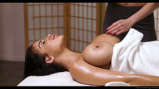 Big tittied client Darcie Dolce is making lobe with sex-hungry masseuse