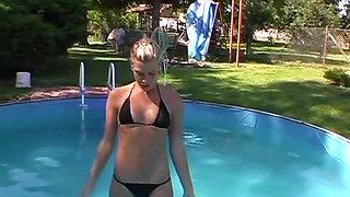 Kameramann verarscht! Schwanzlutschen am Pool