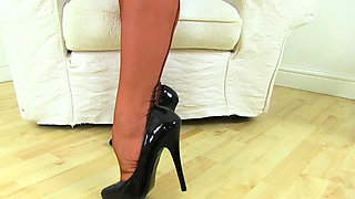 English milf Abi gives her shaven fanny a workout